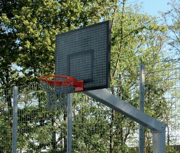 stalen basketbalinstallatie