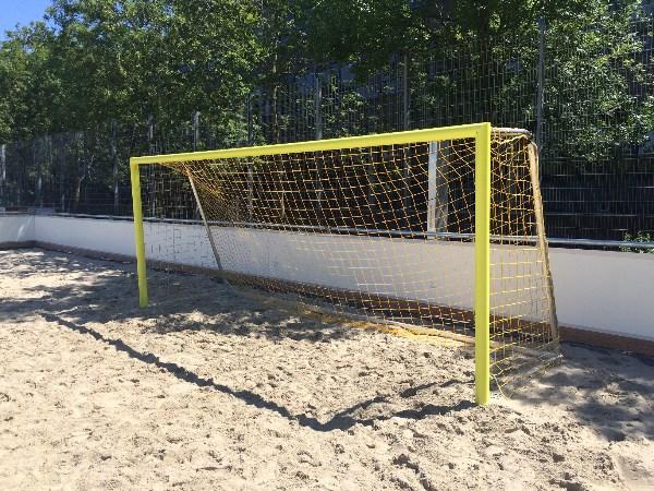 verplaatsbaar beachsoccerdoel zand gele palen
