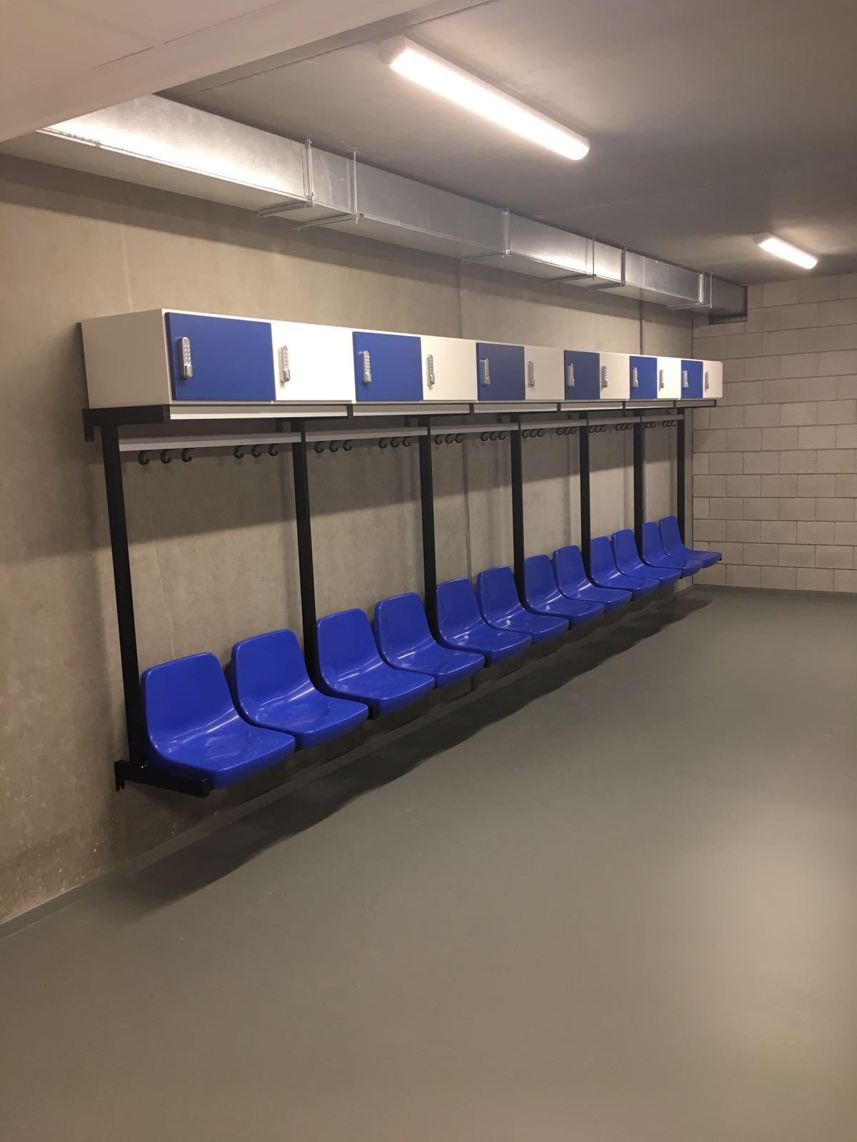 kleedkamerbank cr4 kleedkamer blauw wit stoelen