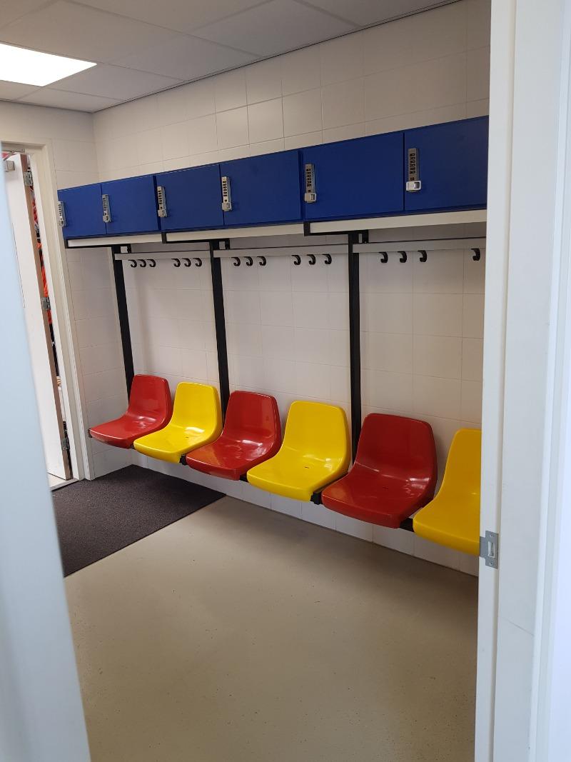 kleedkamerbank met lockers